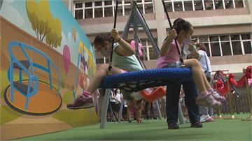 溜滑梯、盪鞦韆 看病也能玩遊戲 國內首見!教學醫院設戶外共融遊戲場