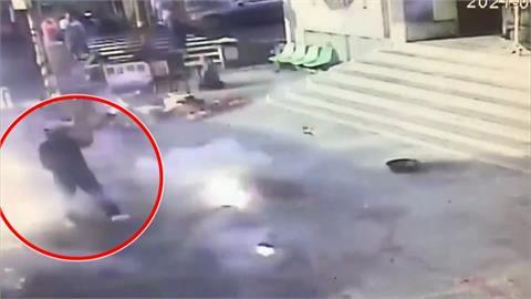 疑一開炸往裡頭衝 嘉義廟會香客遭鞭炮炸傷