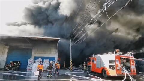 黑煙狂竄!倉庫外塑膠太空包燃燒傳爆炸聲