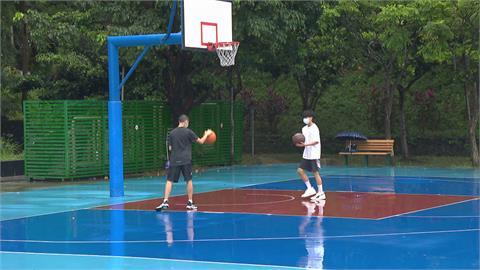 籃球場終於解封 民眾戴口罩也要打籃球