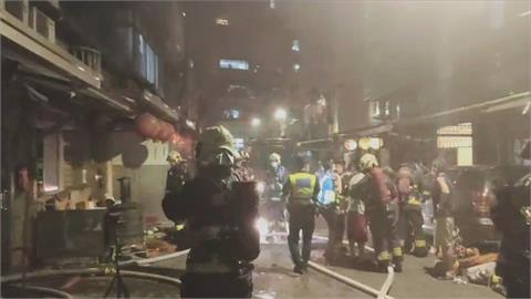土城公寓後陽台起火燃燒 鄰居隔空拿水管幫救火