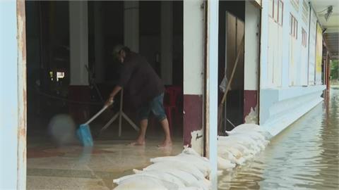 連日大雨水庫洩洪 泰國逾3萬8千戶人家成汪洋