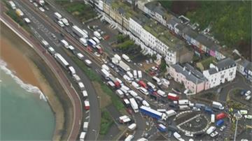 英國多佛港大批卡車堵塞 駕駛頻與警方口角