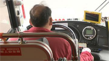 國道耍特技?客運駕駛載客玩手遊