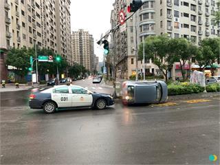 快新聞/遭闖紅燈車輛擦撞右前車頭 自小客車再撞安全島「90度垂直側翻」