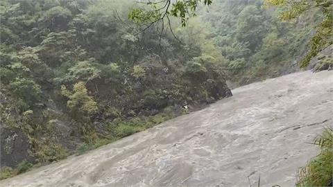 驚險! 新竹「泰崗野溪溫泉」溪水暴漲 6受困遊客幸運獲救