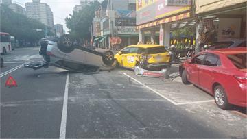 快新聞/台中3車連環撞 1輛被撞到仰天翻後車廂還全開
