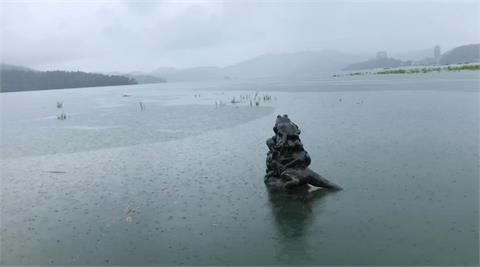 雷雨炸!日月潭「9蛙疊像」4.5隻泡水中 他曝:今晚、明日滿水位