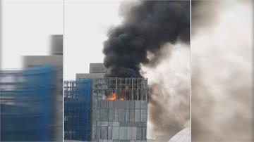 光華商場旁施工大樓起火黑煙竄天際! 疑焊接引發保麗龍起火