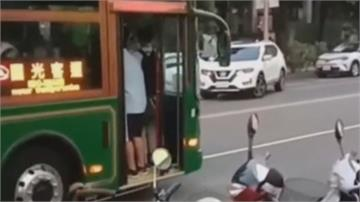 危險! 嘉市電動公車載滿人「門竟打開開」防夾裝置感應太靈敏?駕駛:加強宣導