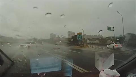 驚險一瞬間!飄移大神雨中打轉360度橫跨4車道 華麗下交流道網看傻