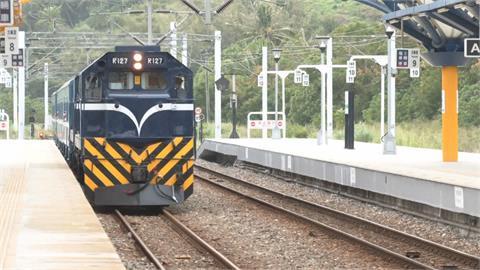 「藍皮解憂號」復駛 小鐵道迷守候拍美景