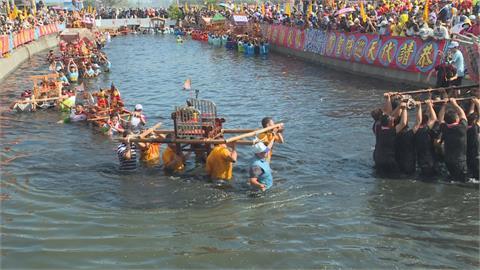 舞龍率先舞進新塭海水大排 各地神轎接續衝水路