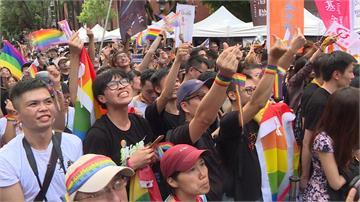 彩虹完整了!同婚專法三讀通過 上萬民眾相擁落淚