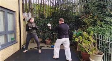 居家防疫乾脆自主訓練!英國格鬥選手找老爸在花園過招
