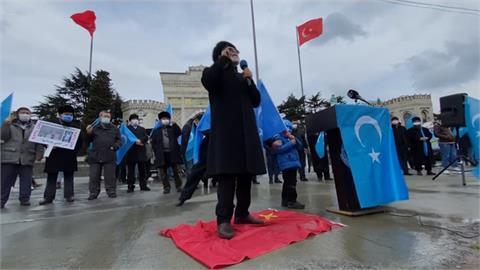 中國外長王毅參訪土耳其 場外維族人舉旗抗議