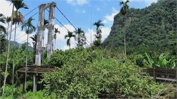 這吊橋鋼索都斷了搶看大小瀑布 遊客仍賭命上橋去