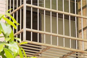 窗戶裝珍珠板、陽台雜物多  阻隔通風釀悲