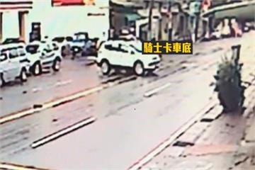 女騎士車禍卡休旅車底 警民8人合力抬車