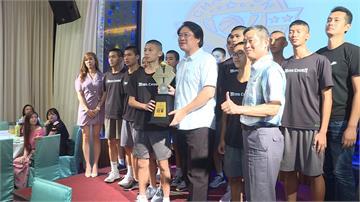 基隆銘傳國中籃球聯賽封王!林右昌在慶功宴和選手PK投籃