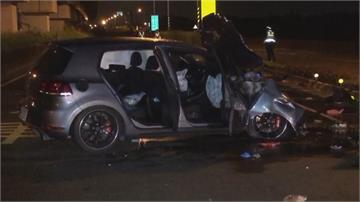 騎機車三貼遭闖紅燈汽車撞上 燒成火球1死1命危