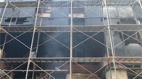 疑茶葉行灰燼復燃 中城大樓1樓今早又冒陣陣白煙