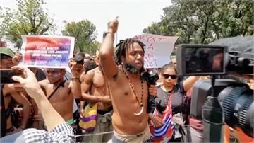 大學生上街反種族歧視、要求獨立!印尼軍警進駐西巴布亞