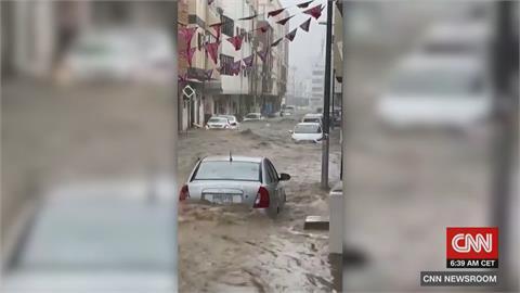 沙國豪雨成災!滾滾洪流淹沒麥加街道