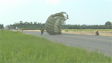 傘訓空跳疑右側快速解脱器異常4秒內急拉副傘平安著陸