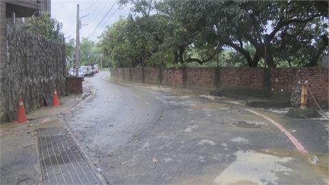 高屏強降雨 鳥松山腳下馬路變黃河