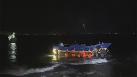 舢舨擱淺小琉球礁岩 船上父子順利獲救