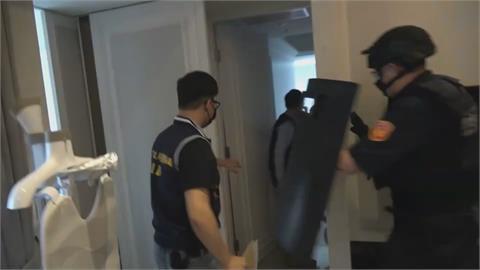 民宅遭舉報群聚 男子口罩沒戴好對警嗆聲
