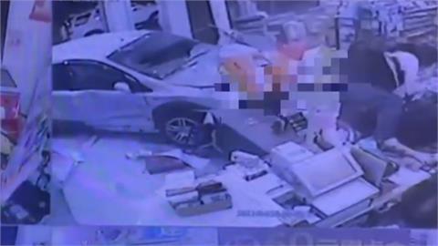 飆車闖紅燈! 無辜車遭撞進超商衰! 無辜女客人骨折動彈不得