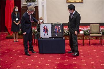 超吸睛!小英贈捷克訪賓MIT行李箱 「藍鵲」與「黑鷹」設計 出自文總之手