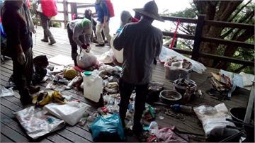 沒公德心!遊客在玉山山屋旁燒垃圾 留下滿地塑膠