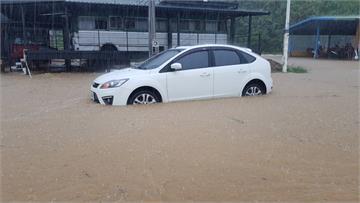 快新聞/豪雨襲基隆! 外木山湖海路大淹水 轎車卡路中待救「車上還有小孩」