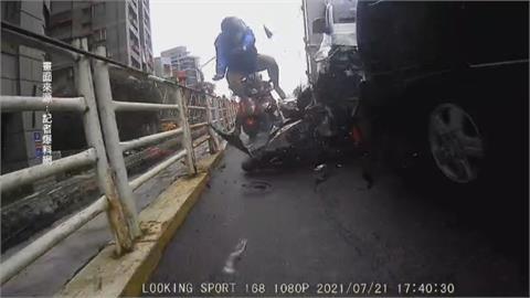新北華中橋追撞意外! 外送員遭貨車撞飛慘摔