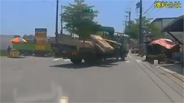 超驚險!大貨車甩尾 模板全飛砸毀水果攤
