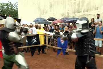中古世紀騎士對戰 穿沉重金屬盔甲揮劍