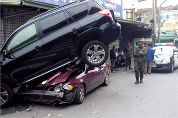 小客車擦撞軍卡車 暴衝90度迴轉鏟起路邊車