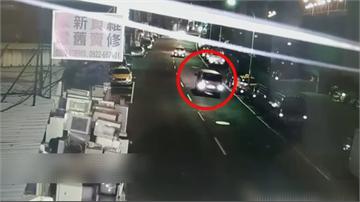 驚險!車開到一半突然火燒車 駕駛如盲駕撞路邊機車、路燈幸脫困