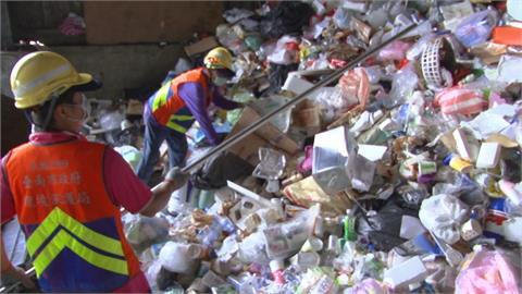 資源回收車忙翻天!在家訂宅配、叫外賣 資源回收量成長16%