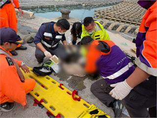快新聞/金色休旅車突衝入嘉義布袋漁港 車內一6旬翁被救起無呼吸心跳