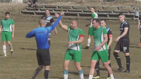 足球員不滿裁決竟動手 裁判挨打逃離取消比賽