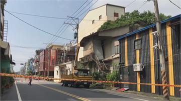 啪!大樹斷裂重壓老屋 嚴重傾斜成危樓 將進行拆除