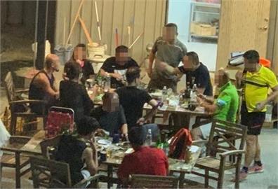 桃園火鍋店12人深夜群聚開趴 照片曝光網全怒:違法就該辦!