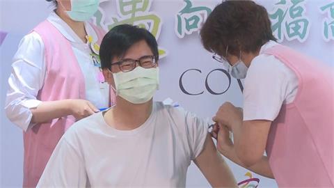 快新聞/一眨眼就打完AZ疫苗! 陳其邁:短暫針刺疼痛換來保護社區