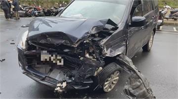 轎車失控偏離車道自撞 47輛機車如保齡球遭撞倒