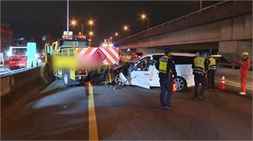 國道轎車撞工程車 車頭變形駕駛一度受困車內