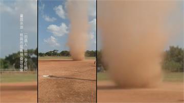 怪異「塵捲風」亂入球場 球員看傻眼:什麼鬼東西!
